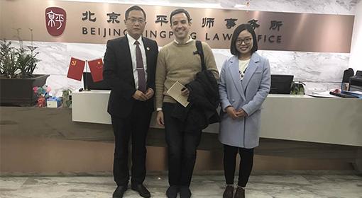 北京京平律师事务所赵健主任接受法国新闻社采访谈迁坟补偿问题